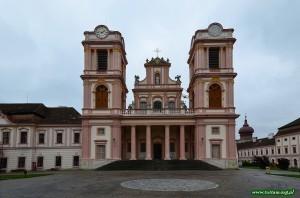 Wejście do kościoła na terenie klasztoru