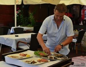 Proces filetowania w restauracji na starówce w Ulcinij